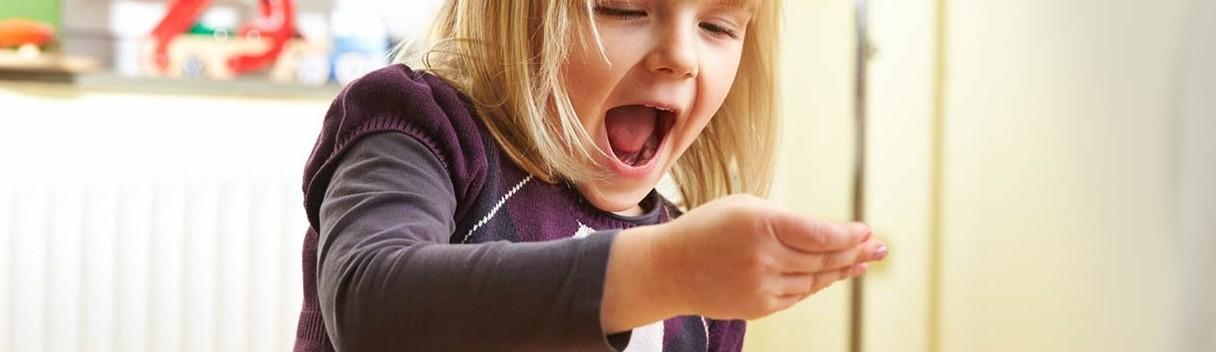 Ein Kind schaut auf seine Hand
