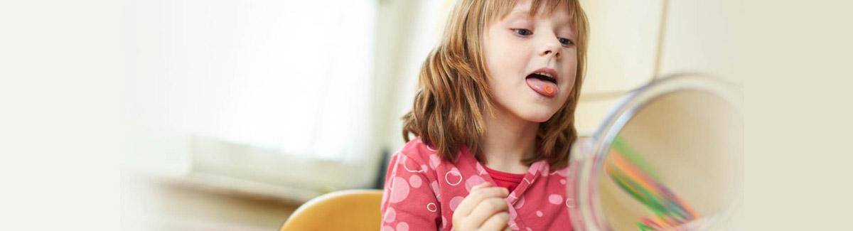 Kind streckt seine Zunge raus vor einem Spiegel