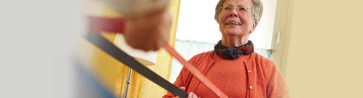 Rentner ziehen beidseitig an einem Theraband
