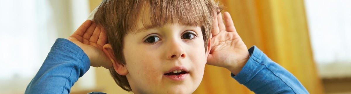 Kind hält seine Hände an die Ohren