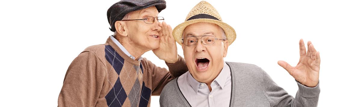 Rentner flüstert Rentner ins Ohr
