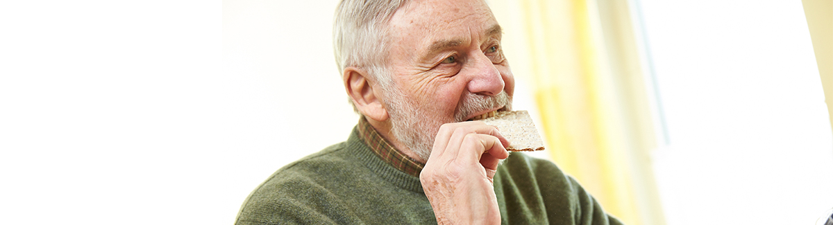 Rentner isst Knäckebrot
