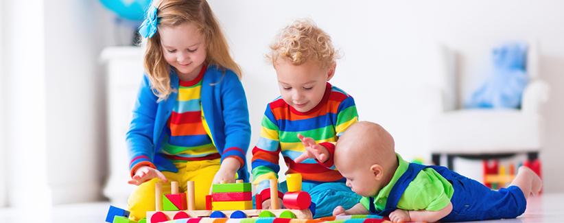 Kinder spielen mit Holzzug
